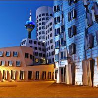 Blue Planet Düsseldorf - Blue Hour in  Medienhafen - Frank O. GEHRY Buildings and Rheinturm - 6 sec.- - [By Stathis Chionidis], Дюссельдорф
