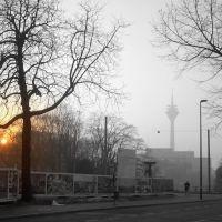 Rheinturm im Hochnebel vom Graf-Adolf-Platz, Düsseldorf, Дюссельдорф