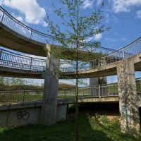 Senkrechtpanorama eingesperrter Baum im Kreisel der Brücke, Малхейм-ан-дер-Рур