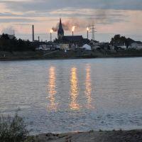Rhein - Impressionen mit Shell - Raffinerie im Hintergrund. Abgelichtet im September 2012, Нидеркассель