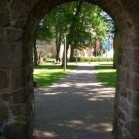 Bad Hersfeld - Blick durch die Stadtmauer auf die Stiftsruine (Ferstspielort), Бад Херсфельд