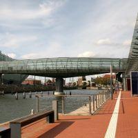 Drehbare Glasbrücke über den alten Hafen, Бремерхафен
