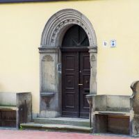 Germany_Saxony-Anhalt_Altmark_Gardelegen_renaissance door between 2 stone seats of house No.16_012_9A, Гарделеген