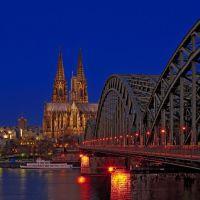 Die Hohenzollernbrücke und der Kölner Dom bei Sonnenaufgang., Кельн