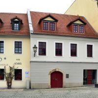 """Plauen - Die Skulptur """"Vater und Sohn"""" stehen vor diesem Haus, dem Erich-Ohser-Haus, der Galerie e.o.plauen e.V., Плауен"""