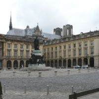 Reims: Place royal, statue de LouisXV et le toit de la cathédrale., Реймс