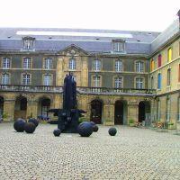 Reims: entrée du musée des Beaux -Arts, sculptures de Christian Lapie, Реймс