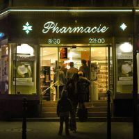 ♫ The  restless night : queues at the pharmacy ♫ La notte che inquieta: code in farmacia., Нантерре