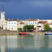 Blick von der Uferpromenade in Macon auf Fluss Saone-et-Loire hinüber zum anderen Ufer am Donnerstag, 22. Mai 2014 nachmittags, Макон