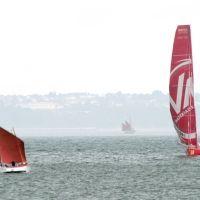 Brest 2008 : petit canot et voilier de course ultramoderne se rencontrent, Брест