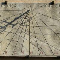 Cadran solaire à style multi indicateur Croix de Camargue à Rousset, Мерибель