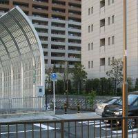 防音フェンスのみぎ側奥に高速バス関空行き乗り場入り口がある, Ина