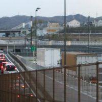 関空高速バスおりば 道路の蓋架け部分から長尾方面を見る2, Катсута