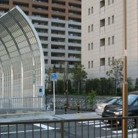 防音フェンスのみぎ側奥に高速バス関空行き乗り場入り口がある, Омииа