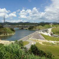 金武ダム(億首ダム)と沖縄自動車道橋梁, Кага