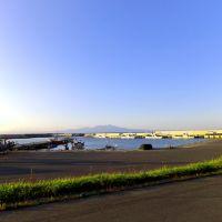 横浜町源氏ヶ浦漁港と釜臥山, Йокогама
