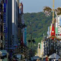 Kyoto.祇園祭(Gion-Matsuri Festival).四条新町辺りから、月鉾、函谷鉾、長刀鉾, Киото