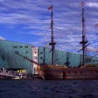 Amsterdam -Muzeum NEMO z platformą widokowa i replika statku  -  kp, Амстердам