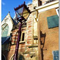 il lampione e la sua ombra dangolo (chiesa Oude Kerk), Амстердам