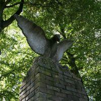 Bird spreading wings; Monument Dieptetuin, Zeist., Зейст