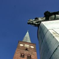 Aarhus Cathedral and a King statue, Орхус