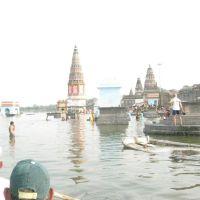 ચાર ધામ યાત્રા  પંઢરપુર મહારાષ્ટ્ર માં  આવેલ પૌરાણિક નગરી માં આવેલ તુંગભદ્રા નદી  માં યાત્રિકો સ્નાન કરી  રહ્યાછે, Пандхарпур