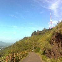 Road on fort  Ajinkyatara. Jarandeshwar hill is at LHS. भारतभर पसरलेल्या मराठी साम्राज्याची राजधानी, अजिंक्यतारा., Сатара