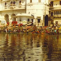 Udaipur 1980 laundresses in Lake Pichola-© by leo1383, Удаипур