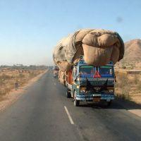 Inde, sur les routes les camions TATA, très bien chargé, Фатехгарх