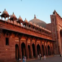 Fatepur Siri Mosk entrance at dawn, Гхазиабад