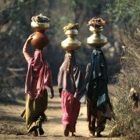 Femmes revenant du puits .fg, Етавах