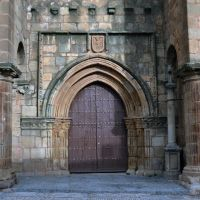 PUERTA TRASERA DE LA IGLESIA DE SANTIAGO DEL SIGLO XII CACERES españa *, Ла-Линея