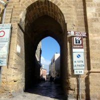 ITALIA Arco de entrada a Via Colonne, Brindisi, Бриндизи