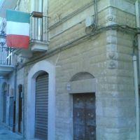 Strada  con bandiera, Корато