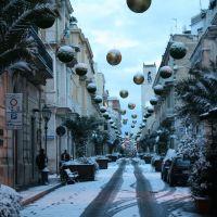 Via Duomo con addobbi natalizi e neve, Корато