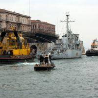 Taranto -Apertura ponte girevole per passaggio convoglio., Таранто