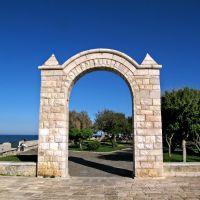 Trani (Puglia). Villa comunale, larco del fortino. Scattata il 2013/04/16 15:59:50., Трани