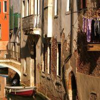 Die Sonne scheint in einen engen venezianischen Kanal, Венеция