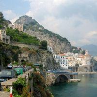 Langs de costiera Amalfi een van de vele pittoreske plaatsjes, Amalfi., Амалфи