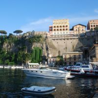 Sorrento: view from the harbour, Сорренто