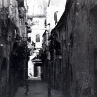 Rione Terra, via Duomo con chiesa di San Celso in fondo, marzo 1970, Поццуоли