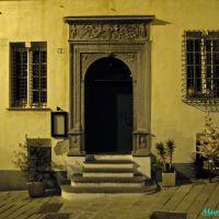 Savona, antico portale in Via Vacciuoli nel centro storico, Савона
