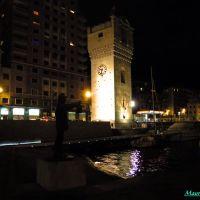 """Savona, veduta notturna della Torre Leon Pancaldo ed in primo piano il monumento dedicato alla """"Nostra Gente del Mare"""", Савона"""