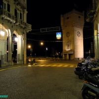 Savona, la Torre Leon Pancaldo con i portici illuminati di Via Paleocapa, Савона