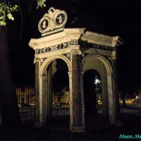 Savona, particolare notturno dei giardini del Prolungamento a Mare. Il tempietto Boselli (manifattura in ceramica), Савона