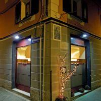 Savona, Via Aonzo angolo Vico del Marmo. Particolare delle vetrine illuminate, Савона