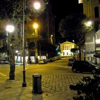 Savona, Corso Italia angolo Via Elvio Pertinace. Particolare notturno con il Teatro Chiabrera sullo sfondo, Савона