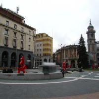 le sculture rosse di Giuliano Tomaino in Piazza Monte Grappa a Varese, Варезе