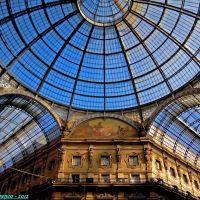 Milano, galleria Vittorio Emanuele II. Particolare interno con le vetrate ed il corridoio sulla destra in direzione Piazza del Duomo, Милан