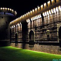 Milano, Piazza Castello. Veduta notturna del lato anteriore sinistro del castello sforzesco, Милан